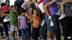Cải cách về di trú sẽ là một vấn đề quan trọng trong năm 2015 cũng như năm vừa qua, và tổng thống sốt sắng bênh vực quyết định của ông bảo vệ hàng triệu di dân bất hợp pháp khỏi bị trục xuất.
