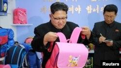 김정은 북한 국무위원장이 새로 건설된 평양가방공장을 현지지도했다고 지난 1월 조선중앙통신이 보도했다.