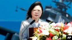 차이잉원 타이완 총통이 지난 17일 타이완 타오위안 시의 육군기지에서 열린 최신형 공격 헬기 '아파치 가디언' 부대 창설식에서 연설하고 있다.