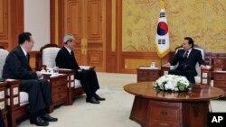 지난 2009년 4월 이명 당시 한국 대통령(오른쪽)이 북한의 김대중 전 대통령 조문단으로 서울을 방문한 김기남 노동당 비서(가운데), 김양건 통일전선부부장을 청와대에서 접견했다.