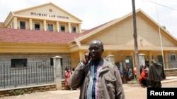 Le journaliste kényan Walter Barasa quitte le palais de Justice à Nairobi, où il a demandé l'arrêt de son arrestation, le 9 octobre 2013.
