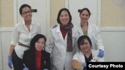 Tiến sĩ Trần Bình Nhung (ở giữa) chụp cùng với các em sinh viên của mình.