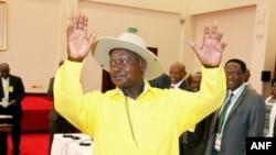 Tổng thống Yoweri Museveni, đã nắm quyền từ 30 năm, ra tranh cử với 7 đối thủ, nổi bật nhất là lãnh tụ đối lập Kizza Besigye, đã thất cử trước ông 3 lần trước đây.