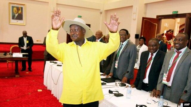 Ugandan President, Yoweri Museveni, center, gestures to delegates attending the Burundi peace talks, at Entebbe State House, east of Uganda's capital Kampala, Dec. 28, 2015.