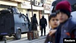 Polisi Turki berjaga di Diyarbakir, distrik Sur, Turki yang memberlakukan jam malam di sebagian wilayahnya (12/1).