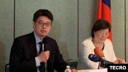 台湾陆委会副主委邱垂正(图左)2019年9月19日在台湾驻美代表处举行记者会(台湾驻美代表处照片)