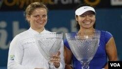Petenis Tiongkok Li Na, kanan, mengalahkan Kim Clijsters dari Belgia dua set langsung di final turnamen Sydney International hari Jumat (14/1).
