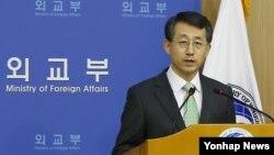 한국의 조태영 외교부 대변인이 12일 주한미군 방위비 분담금 협상 결과를 발표하고 있다.