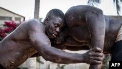 Les lutteurs sénégalais s'affrontent lors d'une séance d'entraînement à Petit Mbao le 29 mars 2021.