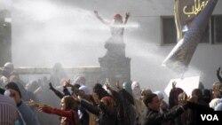 Polisi Mesir membubarkan demonstran dengan meriam air di kampus Universitas Al-Azhar University di Kairo (11/12). Bentrok kembali terjadi di Kairo Senin 16/12.