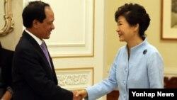 박근혜 한국 대통령이 8일 청와대에서 레 르엉 밍 아세안(ASEAN) 사무총장을 접견해 악수하고 있다.