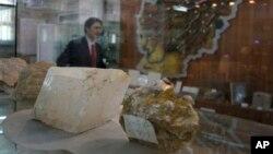 Batu-batuan dan mineral ditampilkan di konferensi pers Menteri Pertambangan Afghanistan Wahidullah Shahrani di Kabul. (Foto: Dok)