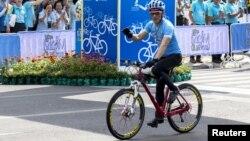 Thái tử Maha Vajiralongkorn dẫn đầu đoàn xe đạp chạy qua khu phố lịch sử của thủ đô Bangkok trong sự kiện tôn vinh Hoàng hậu Sirikit, 83 tuổi.