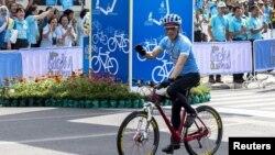 "Putra mahkota Thailand Maha Vajiralongkorn bersepeda dalam acara ""Bike for Mom"" di Bangkok, Thailand, 16 Agustus 2015."
