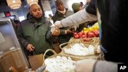 Vullnetarët shërbejnë vakte falas për punonjësit federalë në restorantin e shefit të kuzhinës Jose Andres, në Uashington