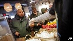 Un bénévole distribue des repas gratuits aux travailleurs de l'administration fédérales, affectés par le shutdown à Washington, le mercredi 16 janvier 2019. (AP Photo / Pablo Martinez Monsivais)