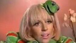 لیدی گاگا و کت زمستانی که از پوستی شبیه به «کرمیت» Kermit قورباغه شوی عروسکی تلویزیونی «سسمی استریت» Sesame Street
