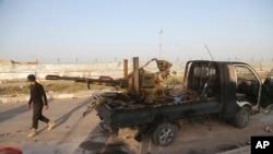 Anggota kelompok militan Syiah di Irak berpatroli di Tikrit (25/3). (AP/Khalid Mohammed)