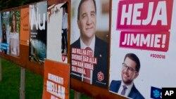 Posteri Džimija Akesona, desno, lidera ekstremno desnih Švetskih demokrata i socijaldemokratskog lidera, aktuelnog premijera Stefana Lofena, drugog s desna, u Glenu, Švedska, 30. avgusta 2018.
