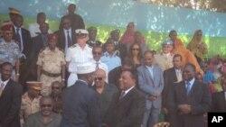 Rais anaeondoka madarakani Somalia Sharif Sheikh Ahmed akipongezwa na mjumbe maalum wa UM Augustine Mahiga