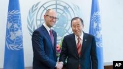 Thủ tướng lâm thời Ukraina Arseniyut (trái) và Tổng thư ký Liên hiệp quốc Ban Ki-moon, 3/13/14