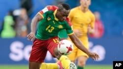 Le milieu du terrain du Cameroun, André-Franck Zambo Anguissa, lors d'un match du groupe B de la Coupe des Confédérations entre le Cameroun et l'Australie au stade St. Petersburg, Russie, 22 juin 2017.
