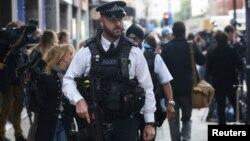 Cảnh sát vũ trang tuần tra London.