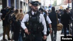 Polisi bersenjata melakukan patroli di TKP serngan pisau di Russel Square London, Inggris Kamis (4/8).