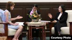 台灣總統蔡英文7月21日在總統府接受了華盛頓郵報資深副主編韋茅斯的專訪(台灣總統府提供)