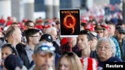 Čovek sa sloganom QAnona na Trampovom mitingu u Las Vegasu (Foto: Rojters/Patrick Fallon)