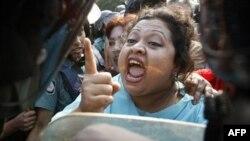 Một nhà lập pháp đối lập la hét trước hàng rào của cảnh sát ở Dhaka, ngày 4/12/2011