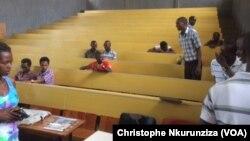 Dans l'université du Burundi, dans un amphithéâtre du bâtiment droit et des lettres et sciences humaines, à Bujumbura, le 7 mars 2017. (VOA/Christophe Nkurunziza)