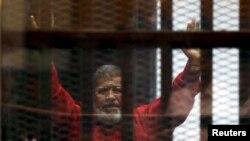 محمد مرسی کی اپنے خلاف ایک مقدمے کی سماعت کے دوران کمرۂ عدالت میں لی گئی تصویر (فائل فوٹو)