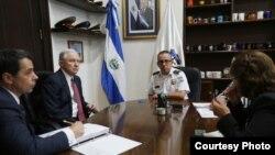 El fiscal general de EE.UU., Jeff Sessions se reúne con el director general de Policía de El Salvador, comisionado Howard Cotto, para conocer el trabajo del país centroamericano para reducir la violencia y la criminalidad. Foto: Cortesía Comunicaciones de PNC, El Salvador. Julio 28, 2017.