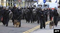 Başbakan Cameron sokaklarda devriye gezen polis sayısını üç kat arttırdı