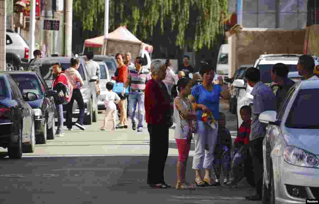 Los pobladores esperan en las calles de Minxian Dingxi, en la provincia de Gansu, China, este 22 de julio de 2013, tras los terremotos que asolaron la región.