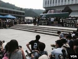香港學聯代表宣讀罷課誓言,呼籲港人關注民主進程。(美國之音湯惠芸)