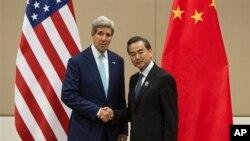အေမရိကန္ႏို္င္ငံျခားေရးဝန္ႀကီး John Kerry (ဝဲ) နဲ႔ တ႐ုတ္ႏိုင္ငံျခားေရးဝန္ႀကီး Wang Yi တုိ႔ ေနျပည္ေတာ္ အာဆီယံအစည္းအေဝးမွာ ေတြ႔ရစဥ္။ (ၾသဂုတ္ ၉၊ ၂၀၁၄)
