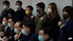 香港民主派成員在抗議逮捕行為記者會上呼喊口號(2021年1月6日)