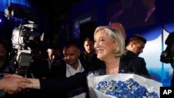 Fransa ultra-sağının lideri Marine Le Pen qələbəsini əlində gül buketi bayram edir. Henin-Beaumont, şimali Fransa, 23 aprel, 2017.