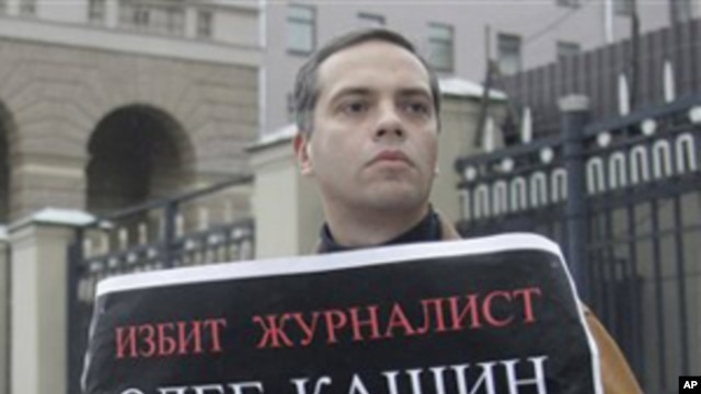 "Russian opposition leader Vladimir Milov with a poster, saying: ""Journalist Oleg Kashin has been beaten. I demand to find the persons who attacked him"", 06 Nov 2010"