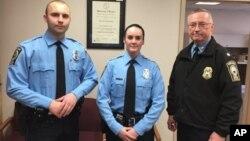 La oficial de policía, Ashley Guindon (centro), fue baleada el sábado por la tarde en Woodbridge, Virginia, durante su primer día de trabajo.