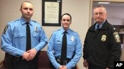 Nữ cảnh sát Ashley Guindon cùng hai đồng nghiệp.