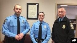 Cô Ashley Guindon (giữa) đã bị bắn chết trong ngày đầu tiên mặc đồng phục cảnh sát.
