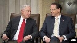 Ex Fiscal General de EE.UU., Jeff Sessions (I), y el Vice Fiscal General, Rod Rosenstein.