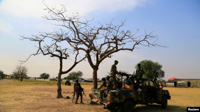 South Sudanese army soldiers are seen guarding Malakal town, 497km northeast of capital Juba, Dec. 30, 2013 after retaking the town from rebel fighters.