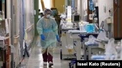 Seorang pekerja medis tampak bekerja di Unit Perawatan Intensif (ICU) untuk pasien COVID-19 di Rumah Sakit Universitas Kedokteran St. Marianna di Kawasaki, selatan Tokyo, Jepang (foto: dok).