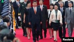 진핑 중국 국가주석(가운데)이 3일 성남 비행장에 도착해 이틀간의 방한 일정을 시작했다.