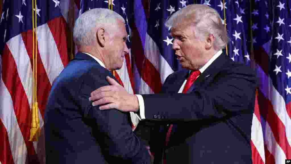 Le président élu Donald Trump serre la main de son vice-président, Mike Pence, au moment du discours de victoire, à New York, le 9 novembre 2016.
