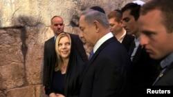Le Premier ministre d'Israël, Benjamin Netanyahu (C) avec sa femme Sara (gauche) après avoir fait une déclaration à la presse au Mur occidental, sur site le plus sacré de la prière du judaïsme, dans la vieille ville de Jérusalem 18 Mars 2015.